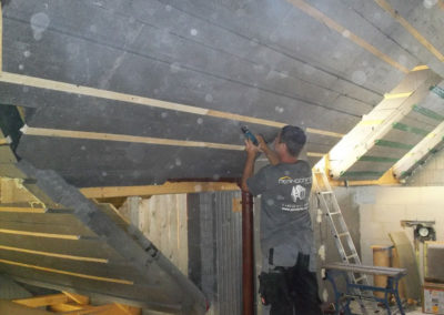 Anbringen von 3Dpanel Dachdämmplatten durch Perndorfer-Mitarbeiter