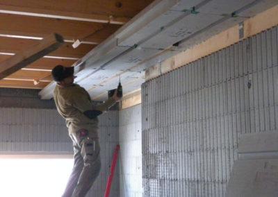 Verarbeitung der 3Dpanel Dachdämmplatten durch Perndorfer-Mitarbeiter